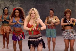 Shakira intenta explicar (infructuosamente) lo que es África